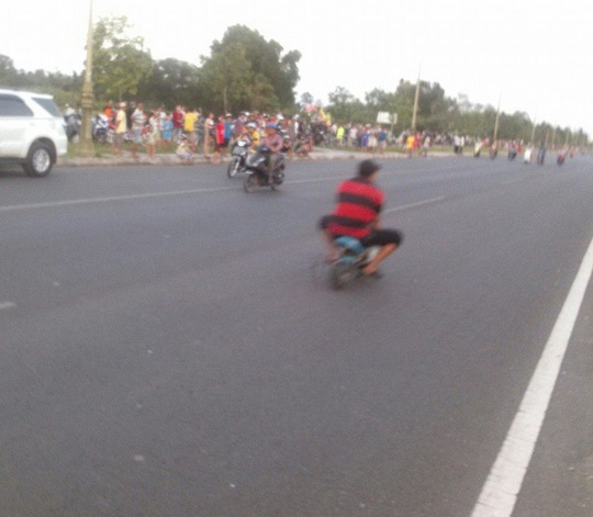 Một số thanh niên tổ chức đua xe tự chế