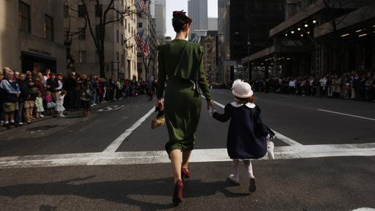 Mẹ đi làm có cơ hội cập nhật kiến thức chăm sóc con tốt hơn. Ảnh minh họa: Reuters