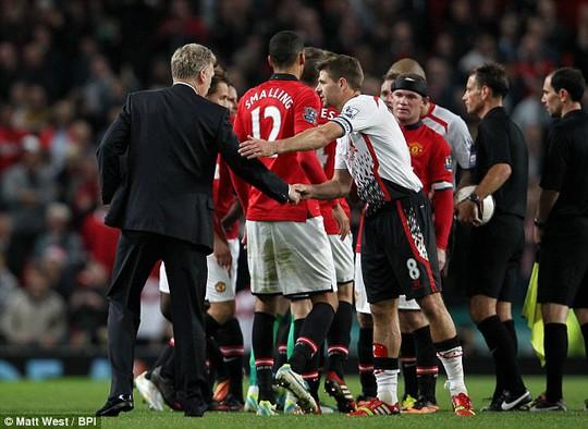 HLV Moyes và Gerrard trong một lần đối đầu giữa M.U và Liverpool