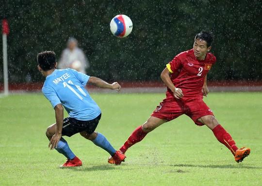 Trời mưa cũng khiến những đường lên bóng của U23 Việt Nam gặp khó