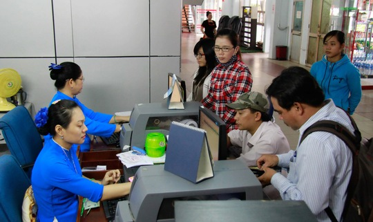 """Quy định kể từ ngày 1-1-2015, hành khách mua vé tàu tại các ga, trong đó có ga Sài Gòn phải xuất trình bản chính CMND được xem là """"hành"""" hành khách. Ảnh chụp tại cửa bán vé tàu ga Sài Gòn"""