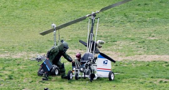 Thành viên đội bom mìn kiểm tra trực thăng tự chế của ông Dough Hughes. Ảnh: EPA