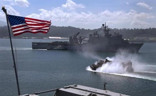Tàu đổ bộ USS Tortuga của Mỹ rời vịnh Subic - Philippines năm 2012. Ảnh tư liệu: Reuters