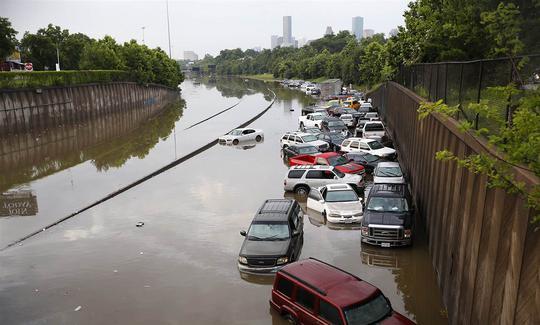 Xe hơi nghẽn lại bên đường liên bang I-45 ở TP Houston, bang Texas. Ảnh: AP
