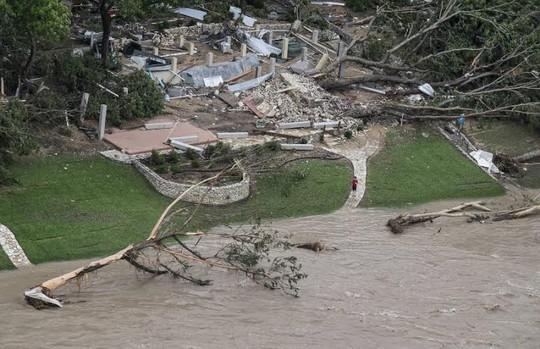 Lũ lụt tàn phá thị trấn Wimberley ở bang Texas – Mỹ hôm 24-5. Ảnh: AP