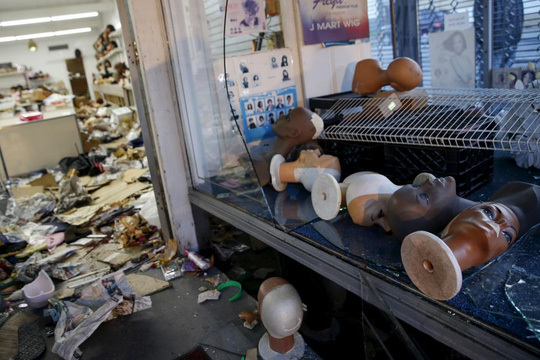 Một cửa hàng bị cướp phá. Ảnh: Reuters