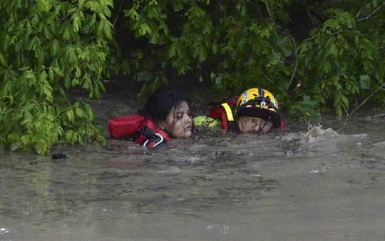 Lực lượng cứu hộ giải cứu người dân ở Texas. Ảnh: AP