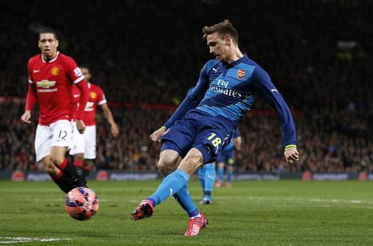 Trước khi Welbeck tỏa sáng, hai đội đã có một thế trận đôi công khá hấp dẫn khi Nacho mở tỉ số cho Arsenal ở phút 25, trước khi Rooney gỡ hòa 1-1 sau đó 3 phút