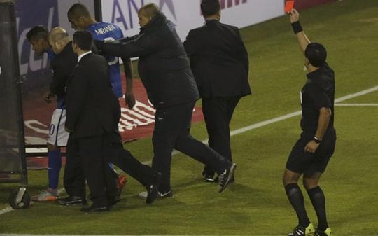 Neymar rời sân sau khi bị trọng tài Osses phạt thẻ đỏ