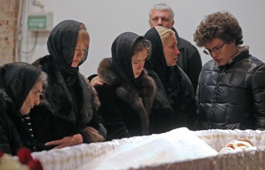 Người thân cựu Phó Thủ tướng Boris Nemtsov bên cạnh linh cữu ông tại lễ tang ngày 3-3 Ảnh: TASS