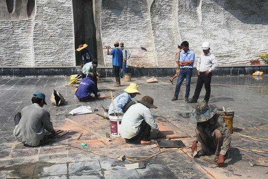 Nhiều công nhân sửa gạch bị vỡ trong sáng 31-3