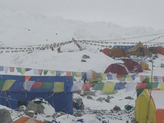 Khu lều trại trên đỉnh Everest bị lở tuyết phủ kín. Ảnh: Twitter