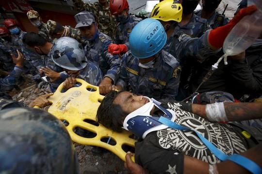 Pema Lama được nhân viên cứu hộ đưa lên mặt đất...