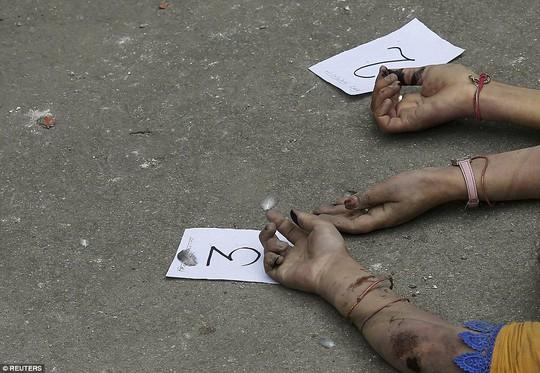 ...với những con số đánh dấu sơ sài đến đau lòng. Ảnh: Reuters