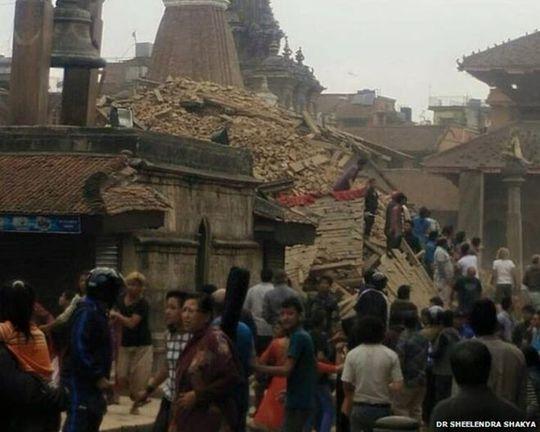 Nhiều tòa nhà đổ sập ở Kathmandu. Ảnh: BBC