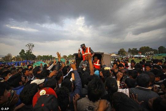 Người dân Nepal đang sốt ruột chờ cứu trợ. Ảnh: AP