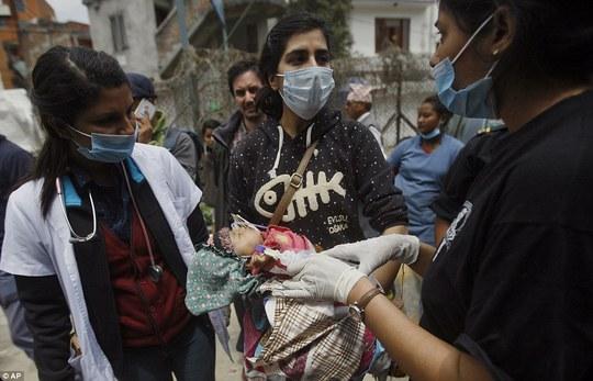Một sinh linh bé bỏng được kiểm tra trên đường phố Kathmandu. Ảnh: AP