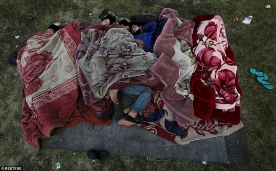 ...người sống sót ngủ vạ vật ngoài đường phố đã 3 đêm. Ảnh: Reuters