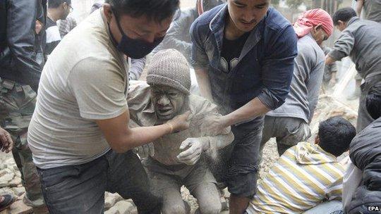 Nhiều người sống sót được kéo khỏi đống đổ nát. Ảnh: EPA