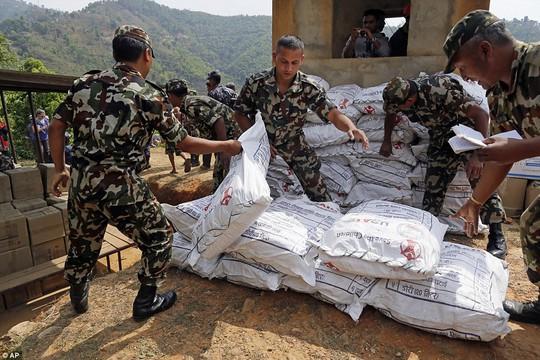 Binh lính Nepal tập kết hàng cứu trợ của Mỹ. Ảnh: AP