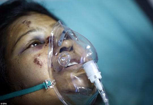 Sự thất thần đọng trên khuôn mặt một phụ nữ Nepal. Ảnh: EPA