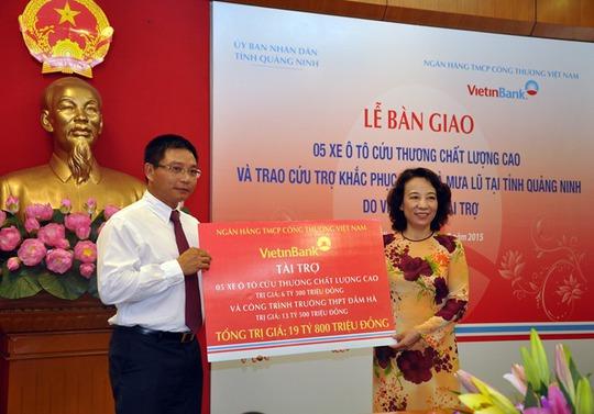 Bà Vũ Thị Thu Thủy - Phó Chủ tịch UBND tỉnh Quảng Ninh nhận số tiền hỗ trợ từ VietinBank