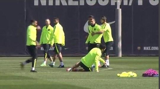 """Neymar """"ganh tỵ"""" đá Suarez lăn quay"""