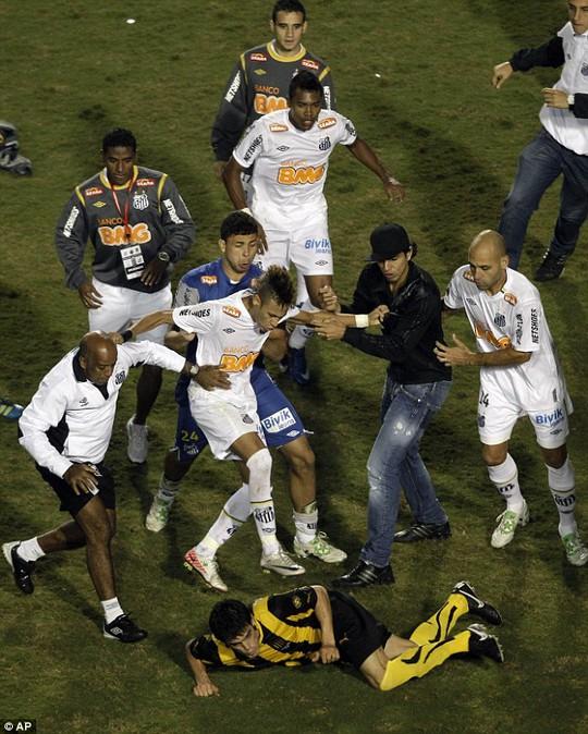 Neymar đạp một cầu thủ của Penarol
