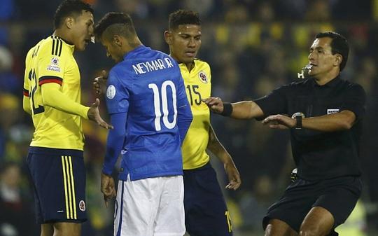 Neymar gây sự với các cầu thủ Colombia