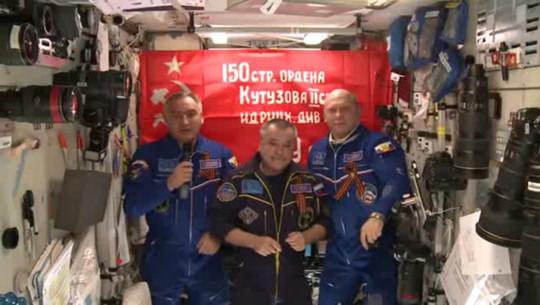 Khẩu hiệu chiến thắng trên trạm Không gian quốc tế (ISS). Ảnh: YouTube