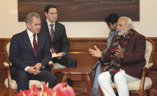 Thủ tướng Ấn Độ Narendra Modi (phải) hội đàm với Bộ trưởng quốc phòng Nga Seergei Shoigu trong cuộc gặp ở New Delhi hôm 21-1. Ảnh: Reuters