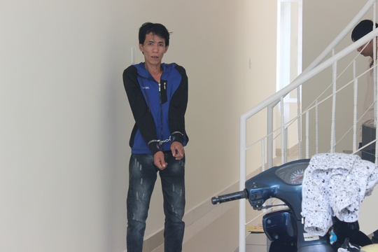 Nguyễn Hồng Phương được cơ quan công an dẫn đi dựng lại hiện trường vụ trộm