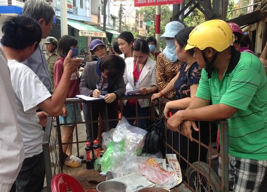 Lực lượng chức năng đình chỉ cơ sở bán bánh mì gây ngộ độc sáng 25-4. Ảnh: T.Trực