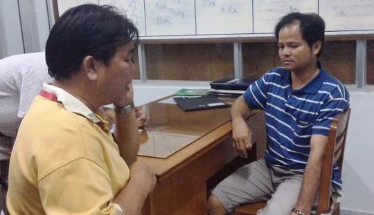 Võ Văn Minh (phải) bị bắt, đưa về đồn công an hôm 27-1 Ảnh: MINH SƠN