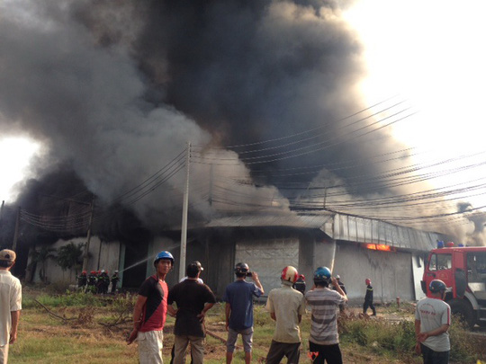 Người dân kéo đến khu vực cháy