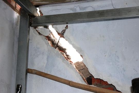 Người dân phải dùng sắt để kiềng lại tạm thời