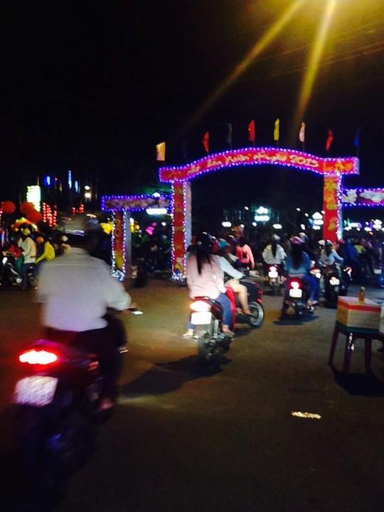 Người dân đổ ra các tuyến đường chính của TP Vị Thanh (Hậu Giang). Ảnh: Phạm Công