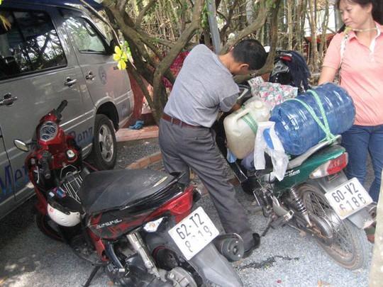 Người đàn ông này ở tận Đồng Nai cũng xuống hứng nước đem về sử dụng