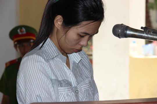 Người mẹ tỏ ra ăn năn hối cải và liên tục khóc tại phiên tòa