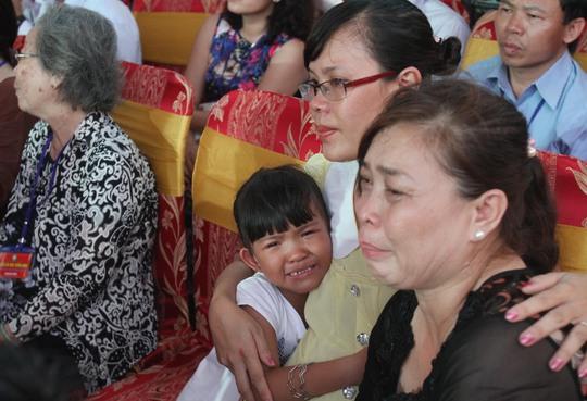 Người thân các liệt sĩ bật khóc tại lễ cầu siêu