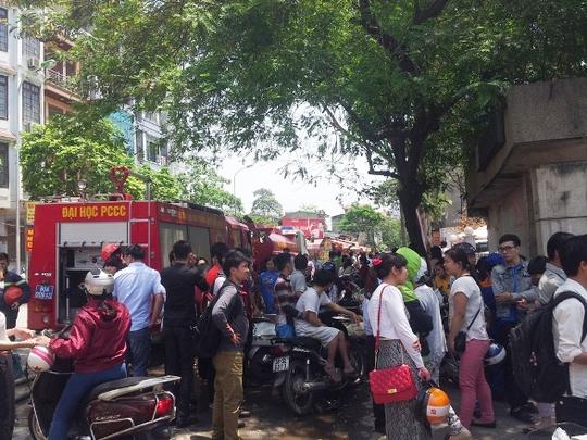 Hà Nội: Kho giấy cháy dữ dội ngay gần cây xăng