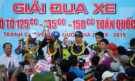 Nguyễn Quang Khải nhận cúp