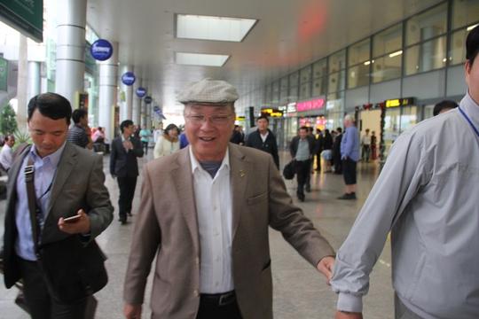 GS Nguyễn Quốc Triệu (giữa) tại sân bay Đà Nẵng