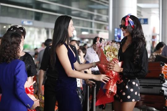 Hoa hậu Thế giới 2011 rạng rỡ đến TP HCM