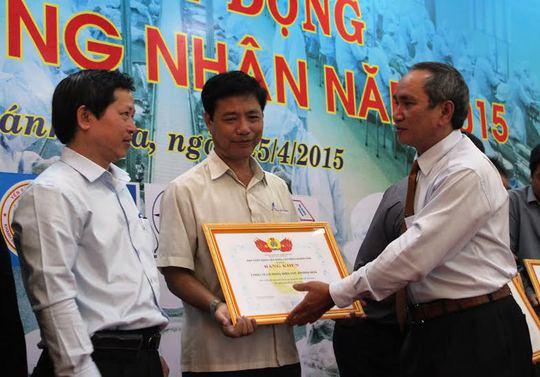 Ông Nguyễn Hòa, Chủ tịch LĐLĐ động tỉnh Khánh Hòa, tặng bằng khen cho các tập thể có nhiều hoạt động chăm lo công nhân.ẢNH: KỲ NAM