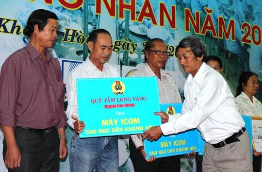 Ông Nguyễn Văn Hài, Phó Chủ tịch Thường trực LĐLĐ tỉnh Khánh Hòa, trao máy ICOM cho ngư dân  ẢNH: KỲ NAM