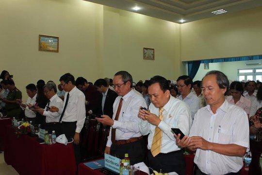 """Các đại biểu và công nhân nhắn tin ủng hộ chương trình """"Nghĩa tình Hoàng Sa, Trường Sa""""."""