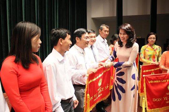 Bà Nguyễn Thị Thu, Chủ tịch LĐLĐ TP HCM, trao cờ thi đua xuất sắc của LĐLĐ TP cho các đơn vị điển hình