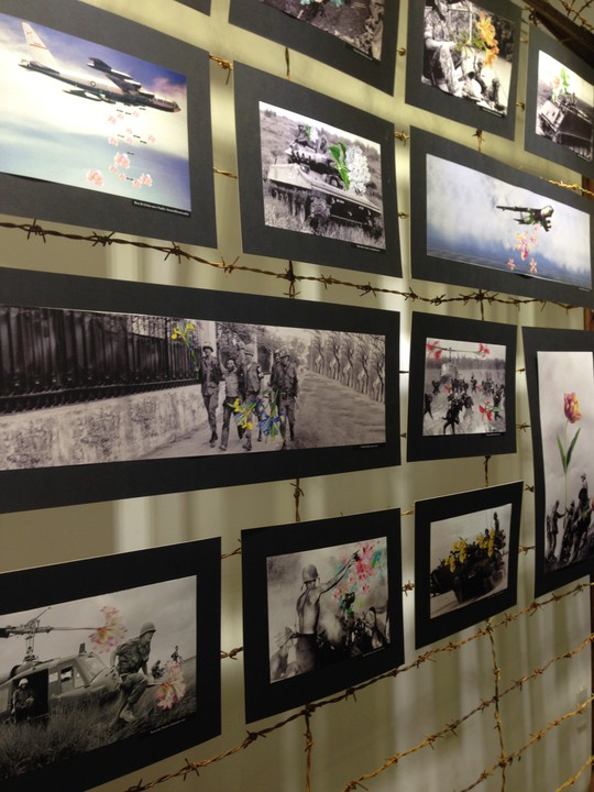 Triển lãm ảnh biến tấu những bức ảnh chiến tranh đã vấp phải pháp ứng gay gắt