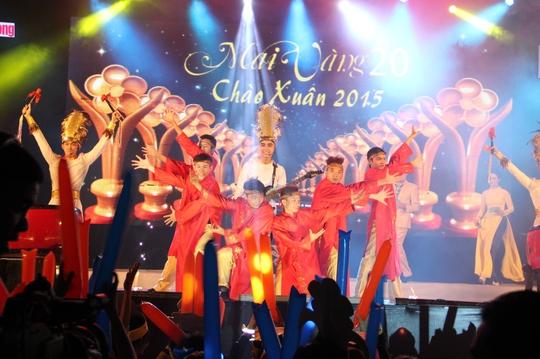 Nhóm Lotus và vũ đoàn Nhà hát Ca múa nhạc Dân tộc Bông Sen TP HCM trình diễn tiết mục mở màn  Lời ru Âu Lạc Ảnh: Hoàng Triều